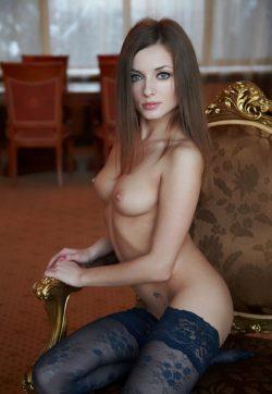 Молодая девушка не против пососать конфету в поиске приятных интимных отношений с мужчиной в Нижнем Новгороде